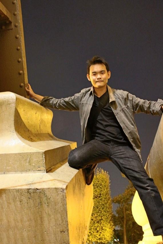 Andrew - Touching Eiffel