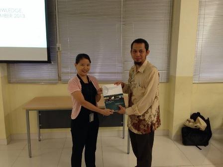 Penyerahan Plakat dari BINUS University kepada bapak Dr.Eng. Wisnu Jatmiko, S.T., M.Kom.