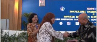 Foto_Penghargaan dari Pengurus IndoMS Pusat kepada Bapak Wikaria Gazali pada Jumat 13 Juni 2014